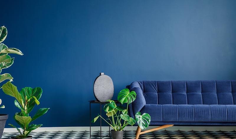 اتاقی که با رنگ آبی اکریلیک ،رنگ آمیزی شده